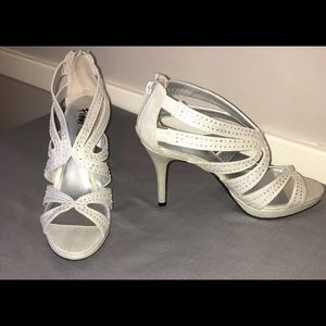 Women's size 9 silver shoes with matching bag